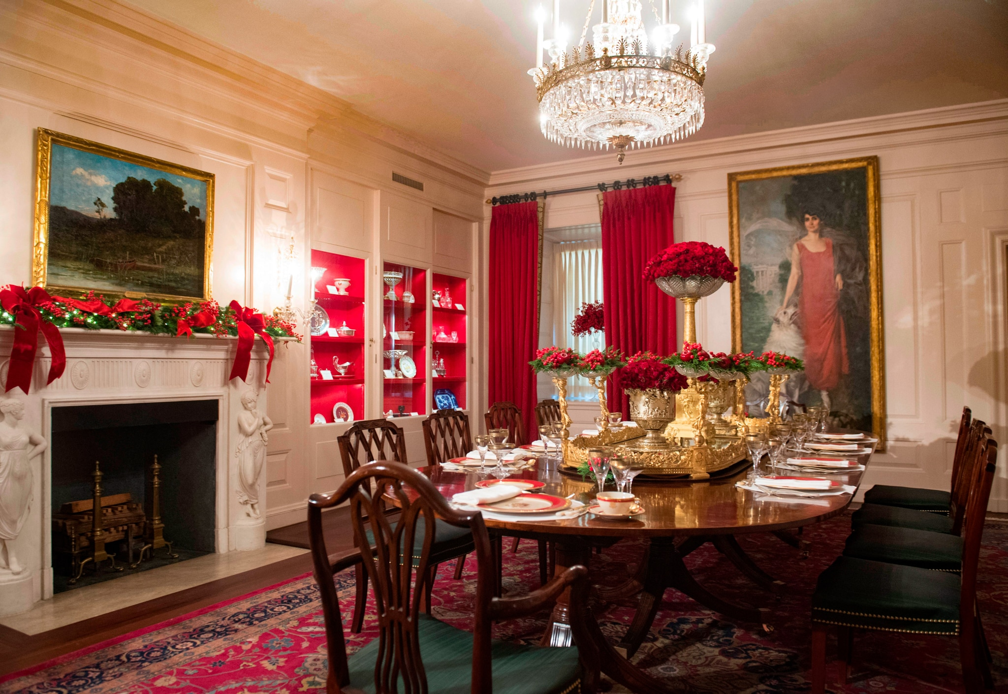 Dining room with red decorations (© Saul Loeb/AFP/Getty Images)