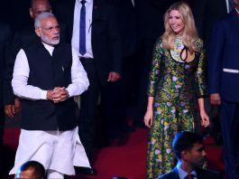 Narendra Modi et Ivanka Trump en train de marcher dans une salle (© Money Sharma/AFP/Getty Images)