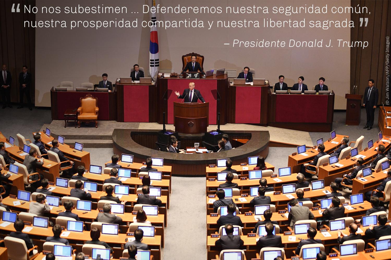 El presidente Trump habla ante la Asamblea Nacional de Corea del Sur en Seúl (© AP Images)