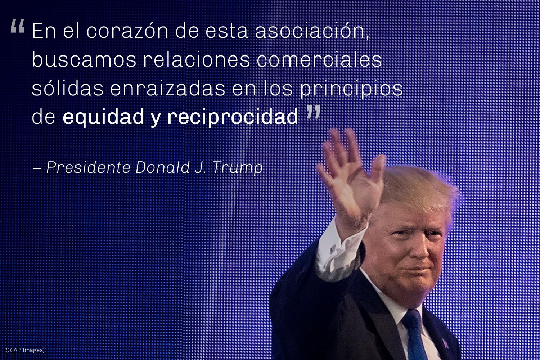 El presidente Trump saluda con la mano (© AP Images)
