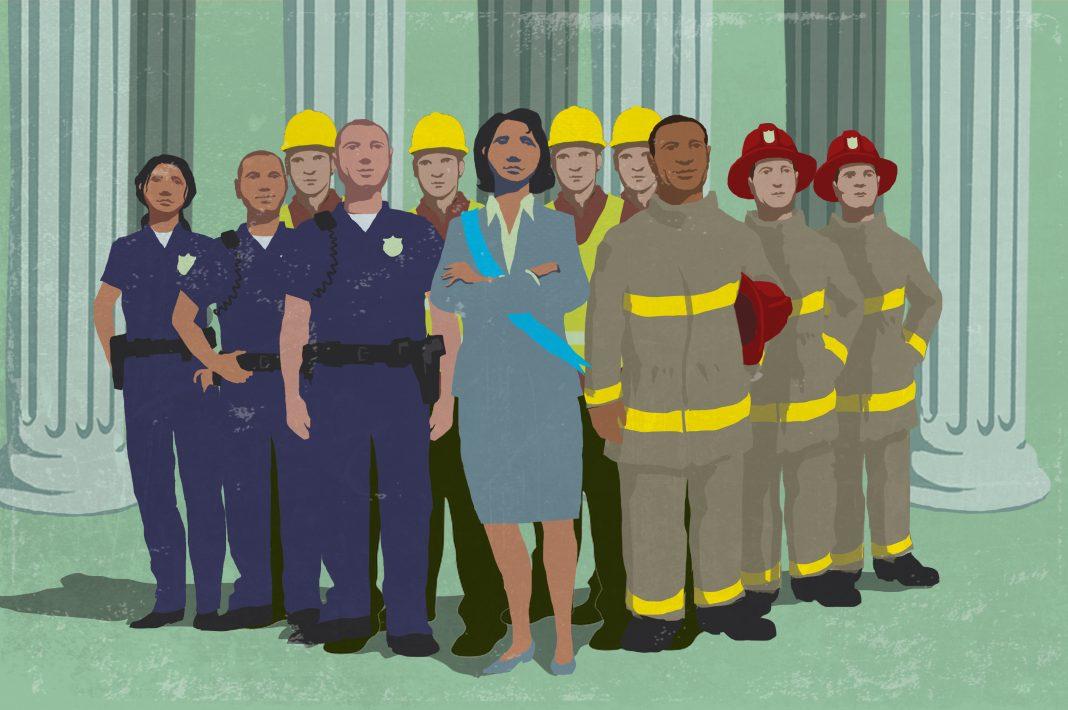 Ilustração de política eleita juntamente com prestadores de serviços do governo local (Departamento de Estado/D. Thompson)