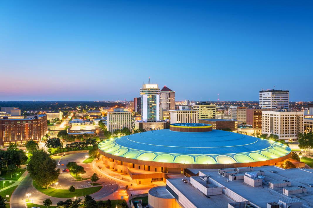 Horizonte da cidade com centro de convenções de grande porte e de formato redondo (© Shutterstock)