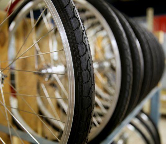Gros plan sur des roues de vélo (Detroit Bikes)