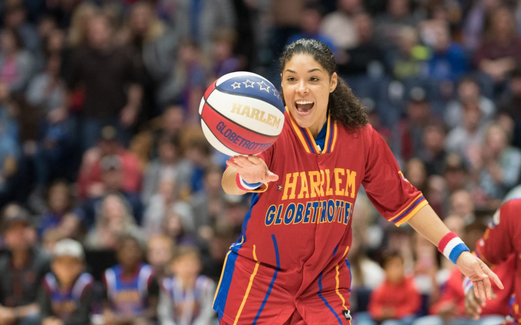 Jugadora de baloncesto hace malabarismos con la pelota en sus dedos (© Brett Meister/Harlem Globetrotters)