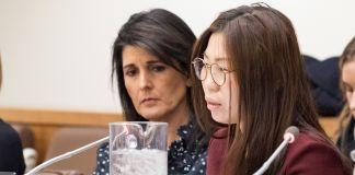 Mulher fala ao microfone enquanto outra observa (Nações Unidas)