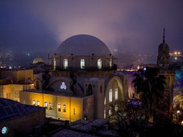 شب نمای ساختمانی باستانی در شهری قدیمی (عکس از آسوشیدت پرس)