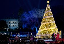 Iluminação da árvore de Natal nacional de 2017 em frente à Casa Branca (© AP Images)