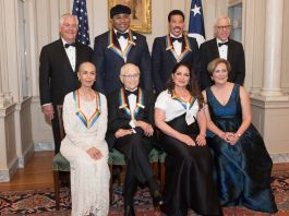 Hombres y mujeres vestidos de etiqueta posan para una foto (© AP Images)
