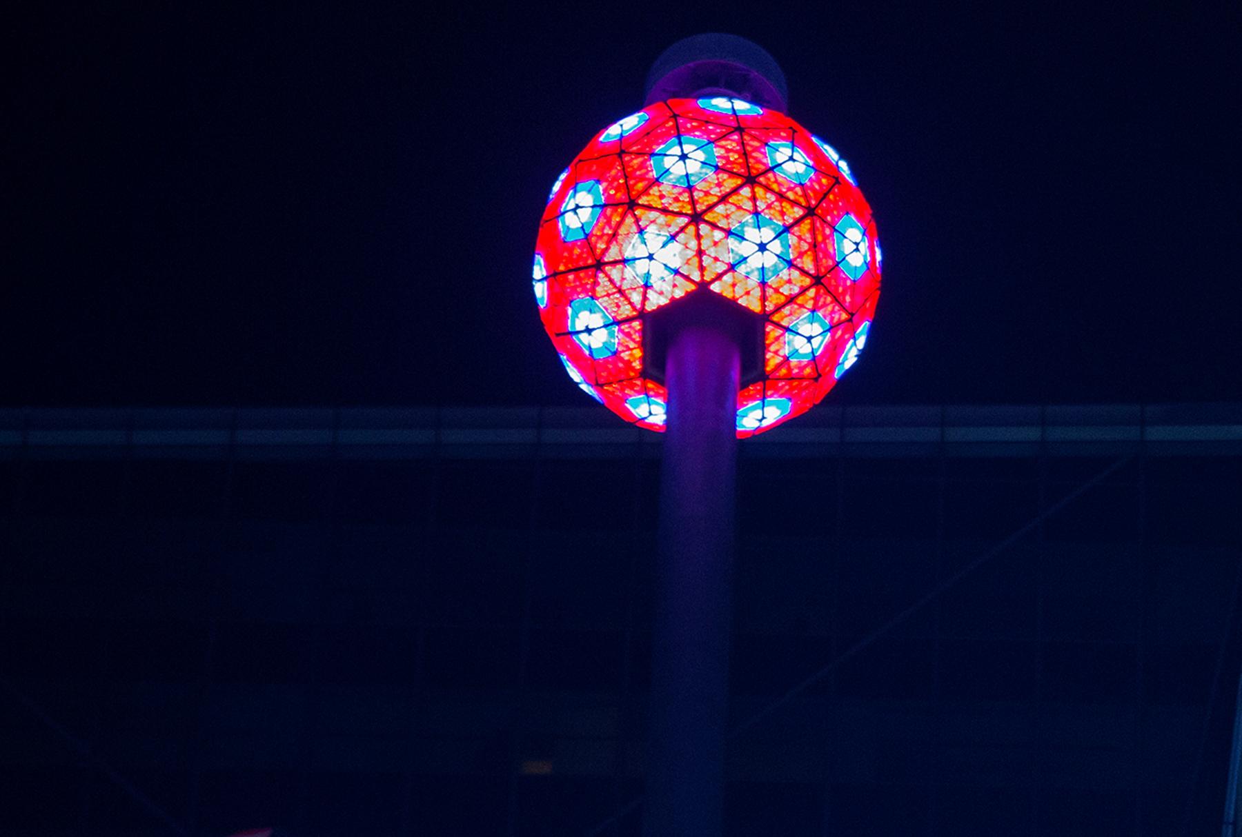 Bola de colores de cristal en un poste (© AP Images)
