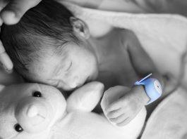 Bebê dorme com pulseira médica colorida (Bempu)