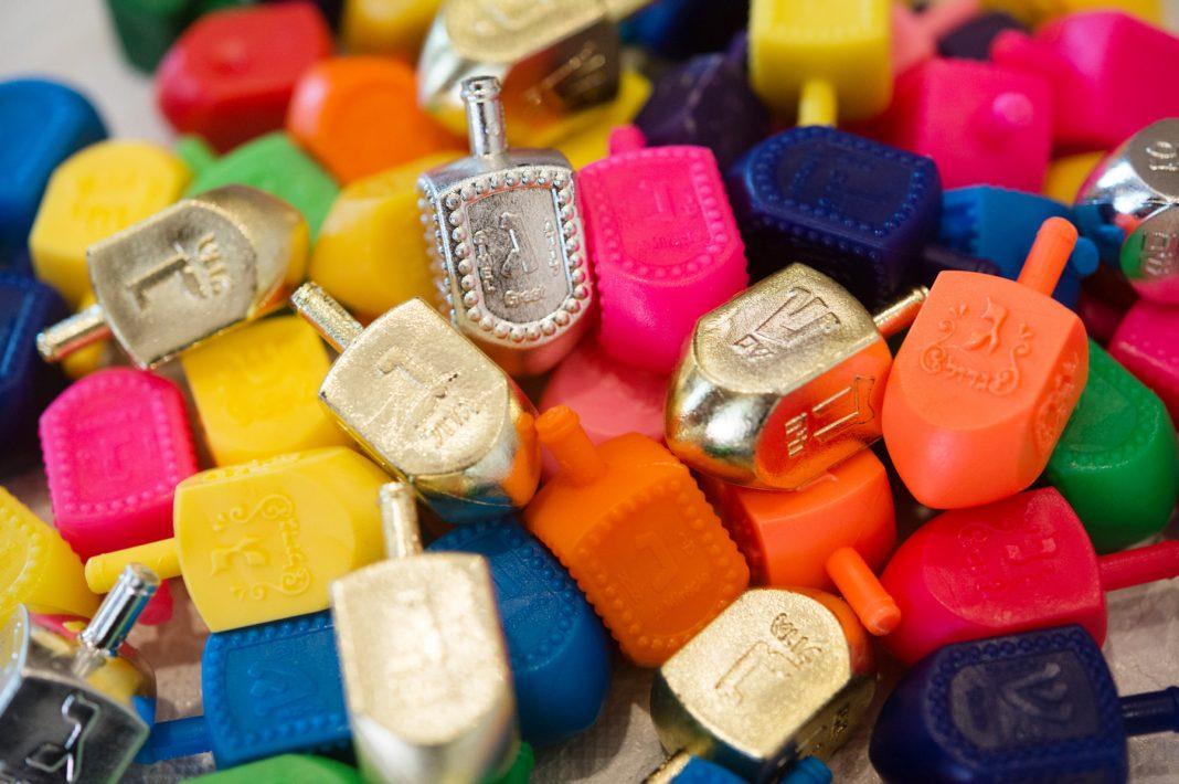 A pile of colorful dreidels (© Sarah L. Voisin/The Washington Post via Getty Images)