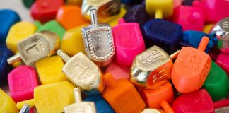 A pile of colorful dreidels (© Sarah L. Voisin/The Washington Post via Getty Images)
