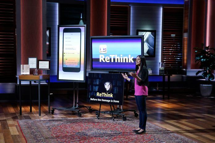 Une jeune femme debout à côté de grands écrans de télévision, s'adressant à un auditoire (© Michael Desmond/ABC/Getty Images)