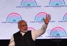 O primeiro-ministro indiano, Narendra Modi, acenando (© Money Sharma/AFP via Getty Images)