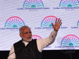 El primer ministro de la India Narendra Modi saluda con la mano (© Money Sharma/AFP vía Getty Images)