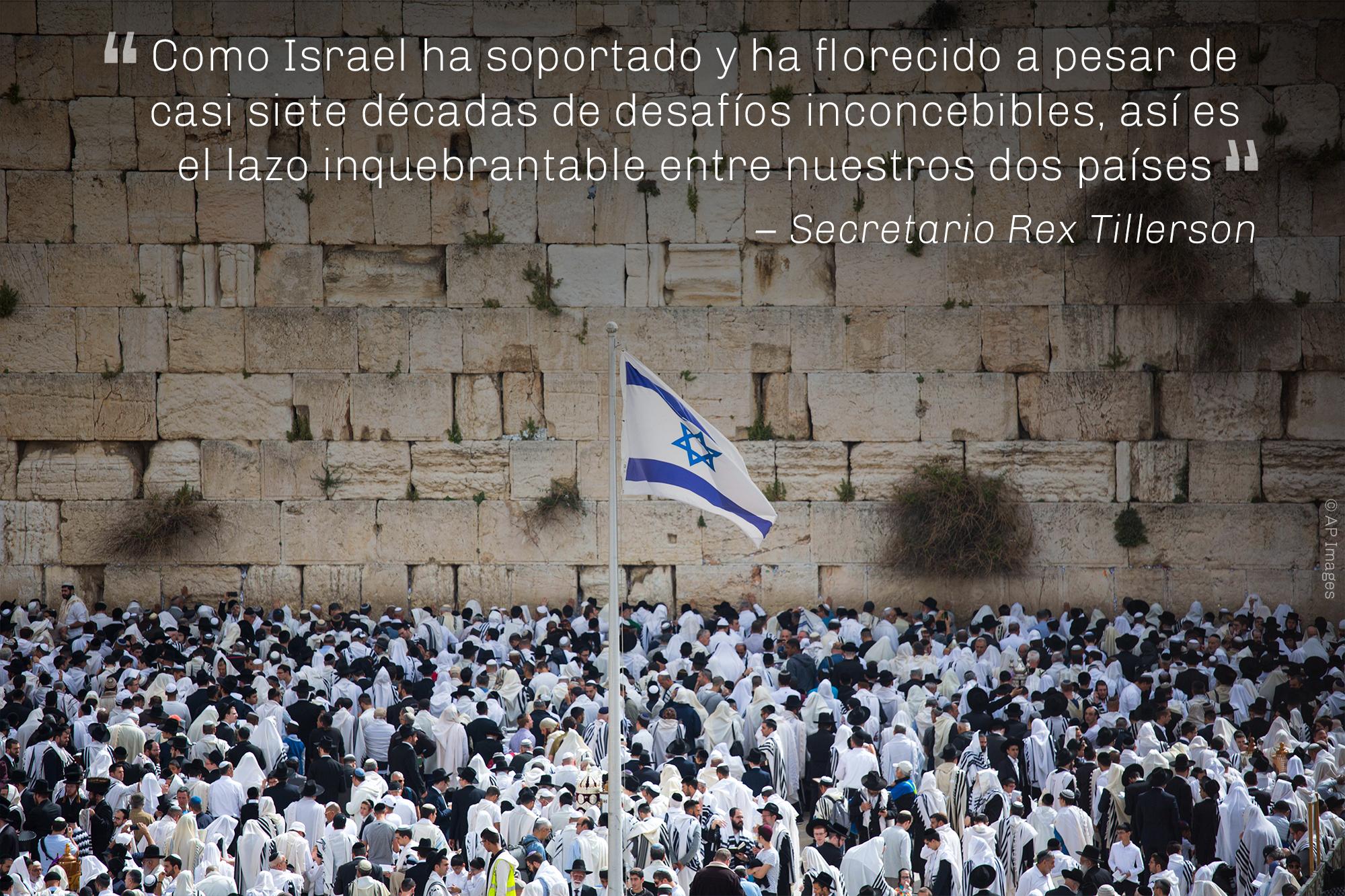 Cita del secretario Tillerson sobre los lazos entre Estados Unidos e Israel, superpuesta en una fotografía de ciudad (© AP Images)
