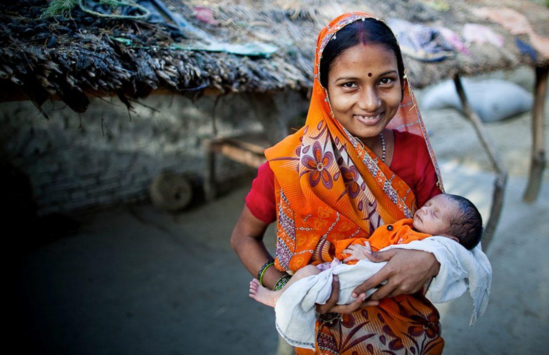 Une jeune femme avec un bébé dans les bras (Paul Joseph Brown/GAPPS)