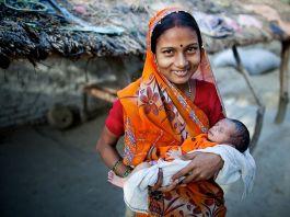 Mulher segurando bebê (Paul Joseph Brown/GAPPS)