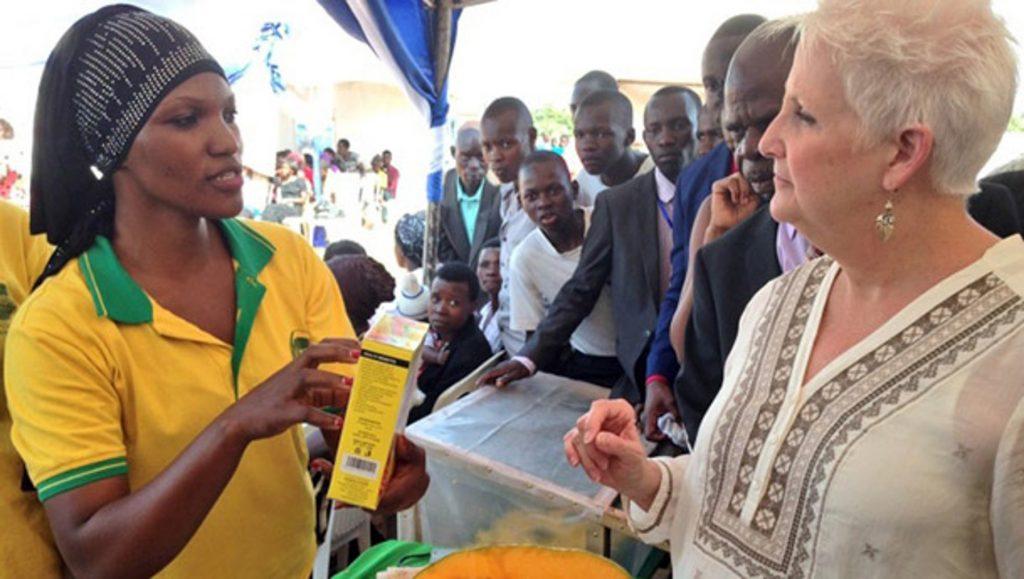 Фатума Наматоси с американским послом (Byeffe Foods via USAID)