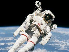 Astronauta flotando en el espacio sobre la Tierra (NASA)
