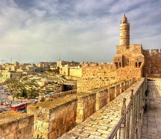 Vista de ciudad antigua desde una pared de piedra con torre (Shutterstock)