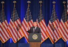 El presidente Trump habla ante un atril con banderas de Estados Unidos al fondo (© Mandel Ngan/AFP/Getty Images)