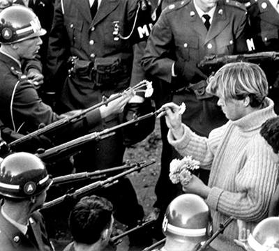 Soldados armados con rifles, hombre colocando flores en los cañones (© Bernie Boston/Washington Post vía Getty Images)