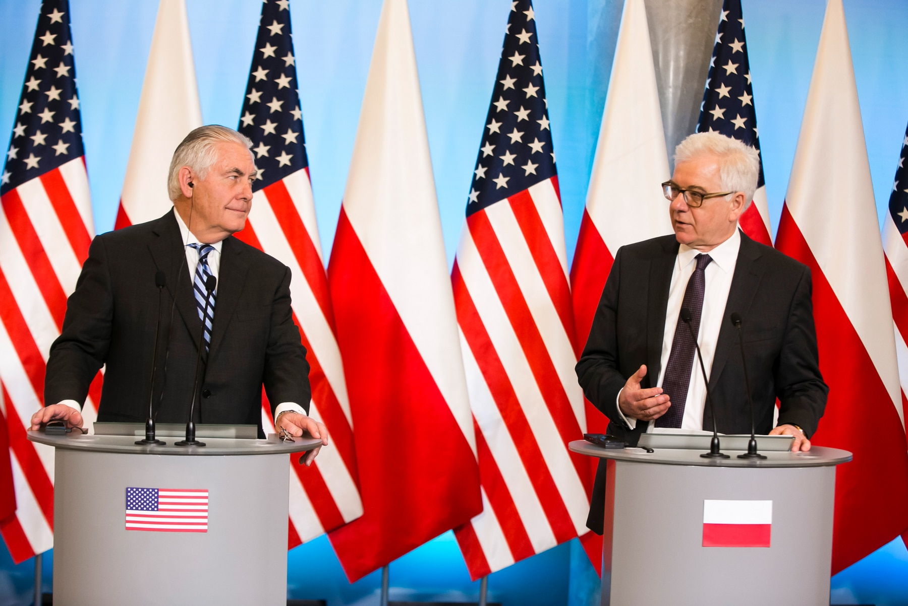 Two men at lecterns with Polish and U.S. flags behind them (State Dept.)