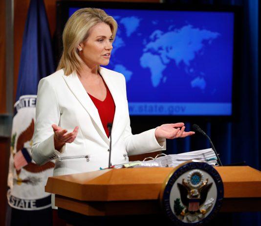 Heather Nauert ante un atril, con mapa detrás (© AP Images)