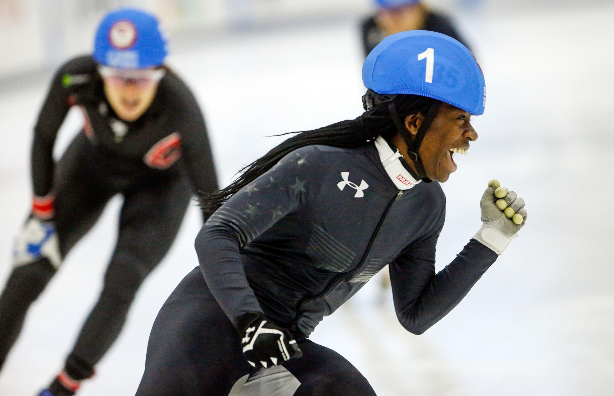Velocista grita de alegría seguida por otras dos patinadoras (© AP Images)