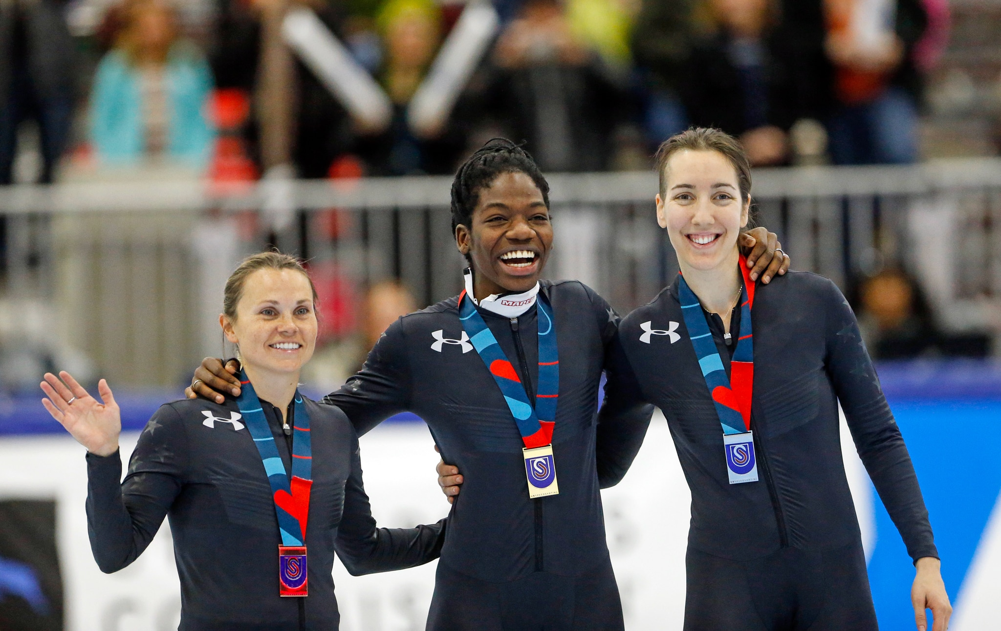 Tres patinadoras velocistas luciendo sus medallas (© AP Images)