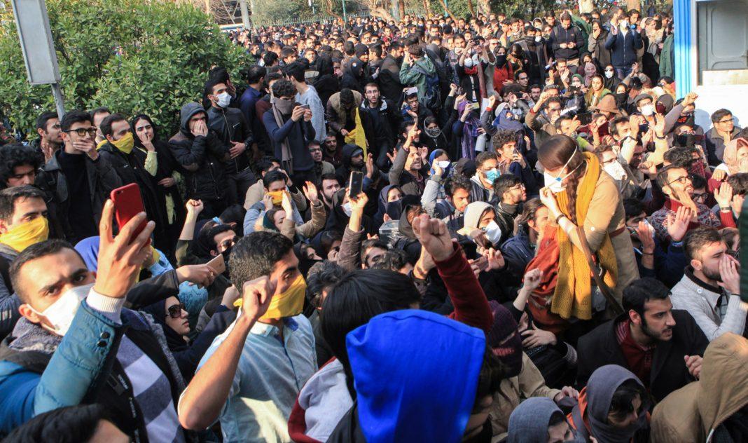 Estudiantes congregados en una manifestación (© AP Images)