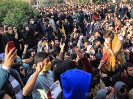 Estudantes reunidos em protesto (© AP Images)