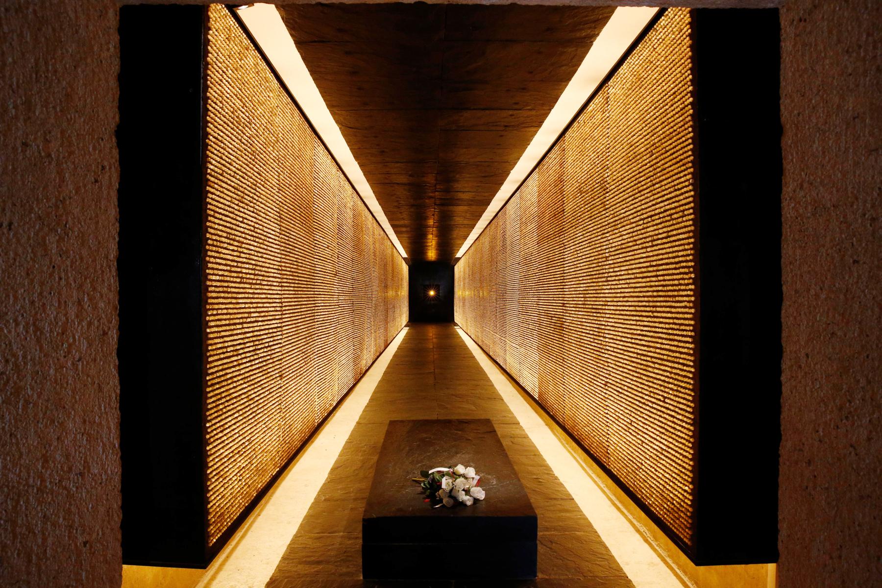 Murs d'un couloir couverts de milliers de petites lumières allumées (Alamy)