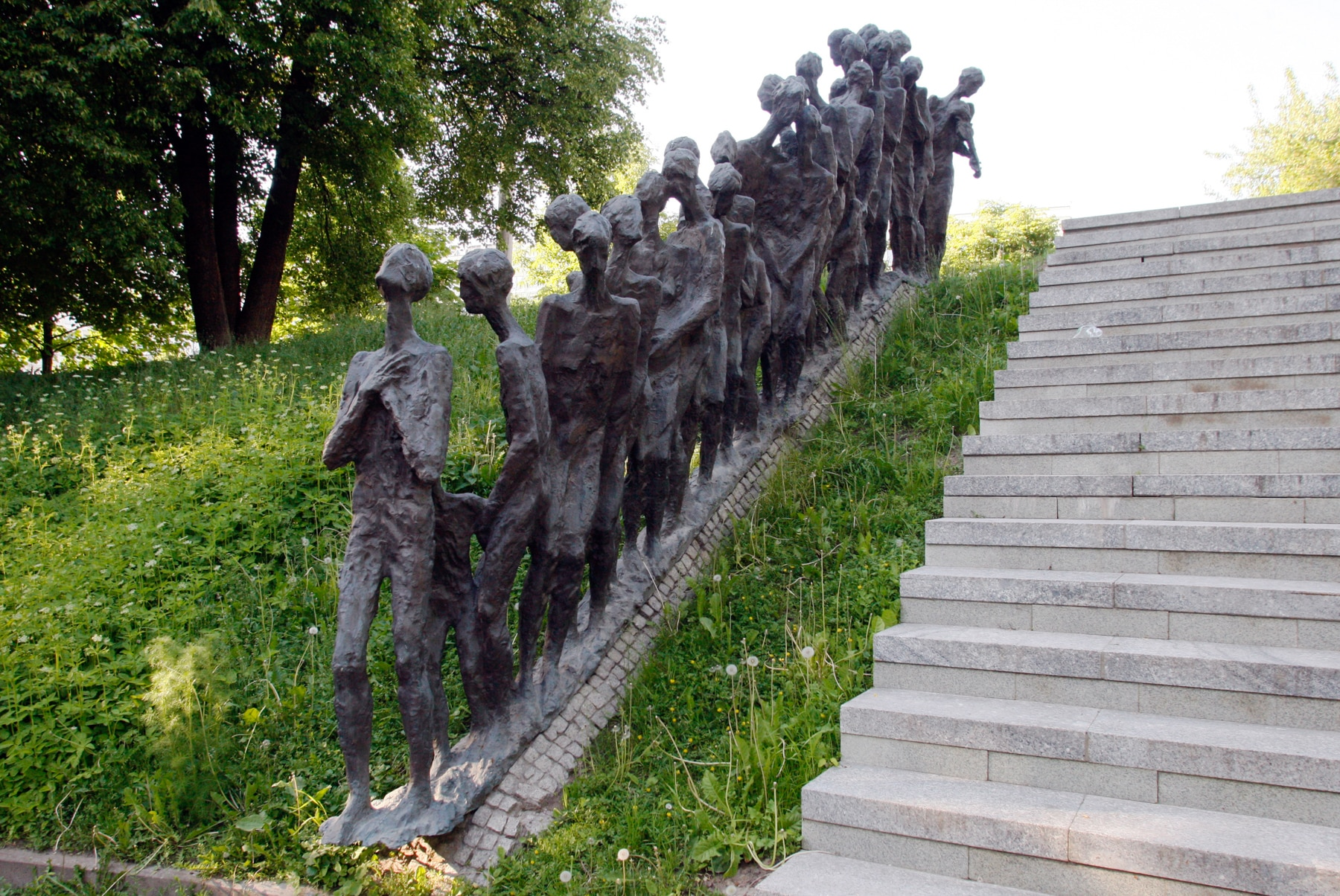 Sculpture de figures squelettiques descendant une colline à côté d'un escalier en pierre (© Linda D. Epstein/MCT via Getty Images)