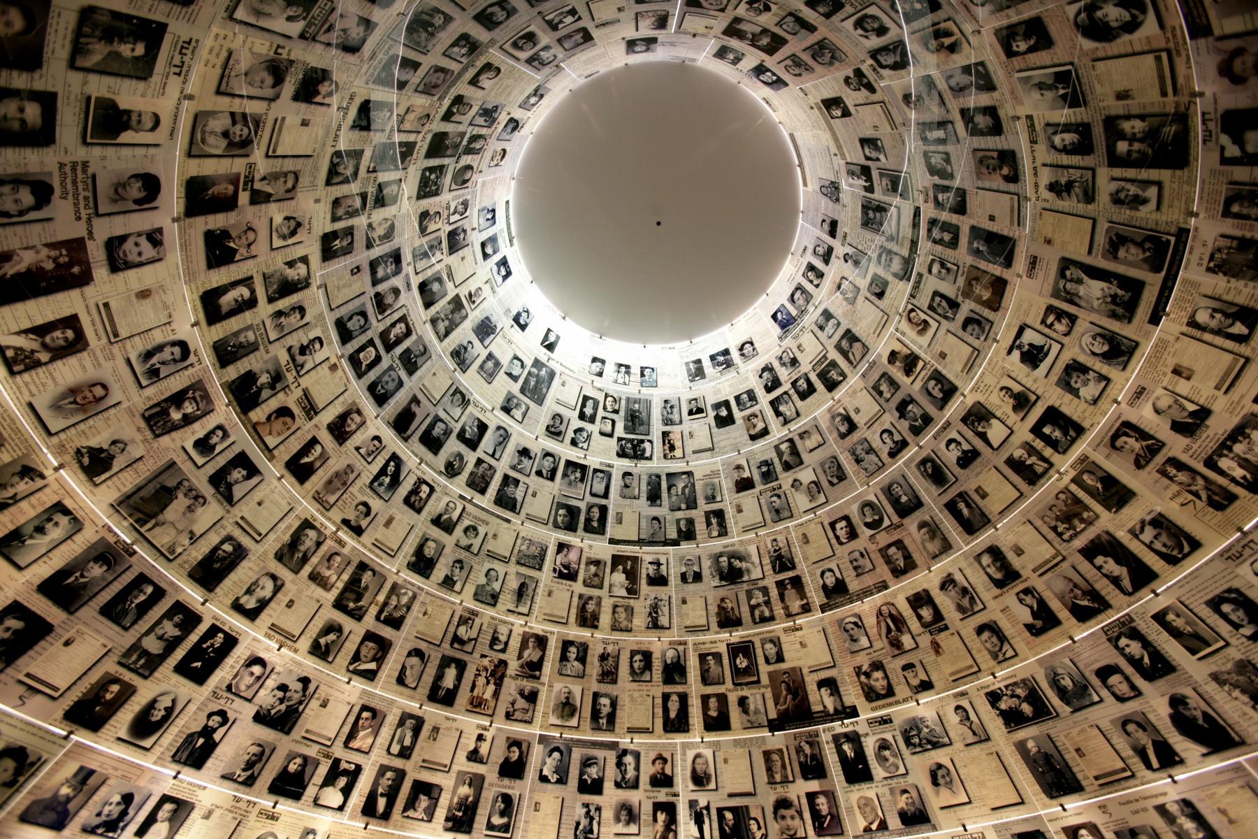 Des photos sur une spirale montant vers le plafond (© Ulrich Baumgarten via Getty Images)