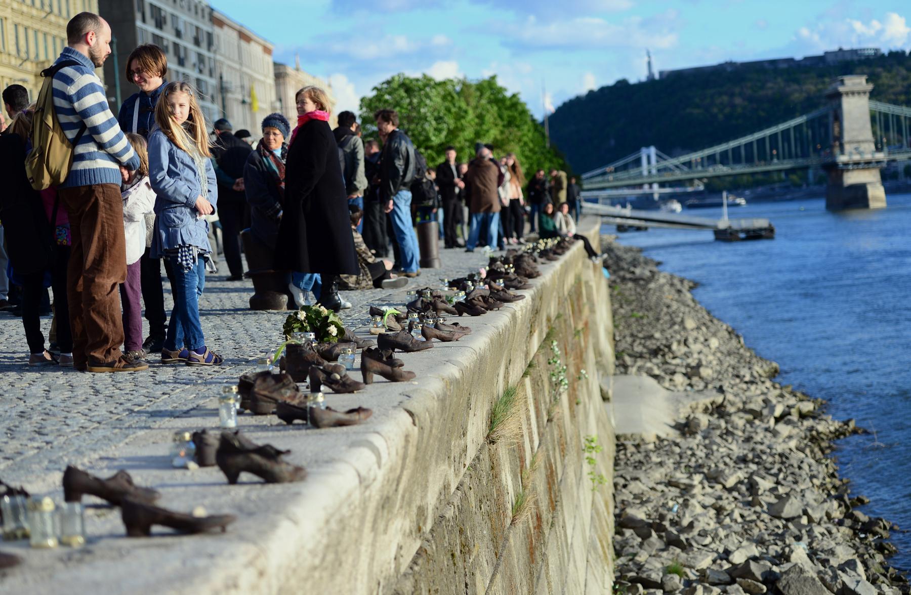 Des sculptures de chaussures sur les rives d'un fleuve (© Attila Kisbenedek/AFP/Getty Images)