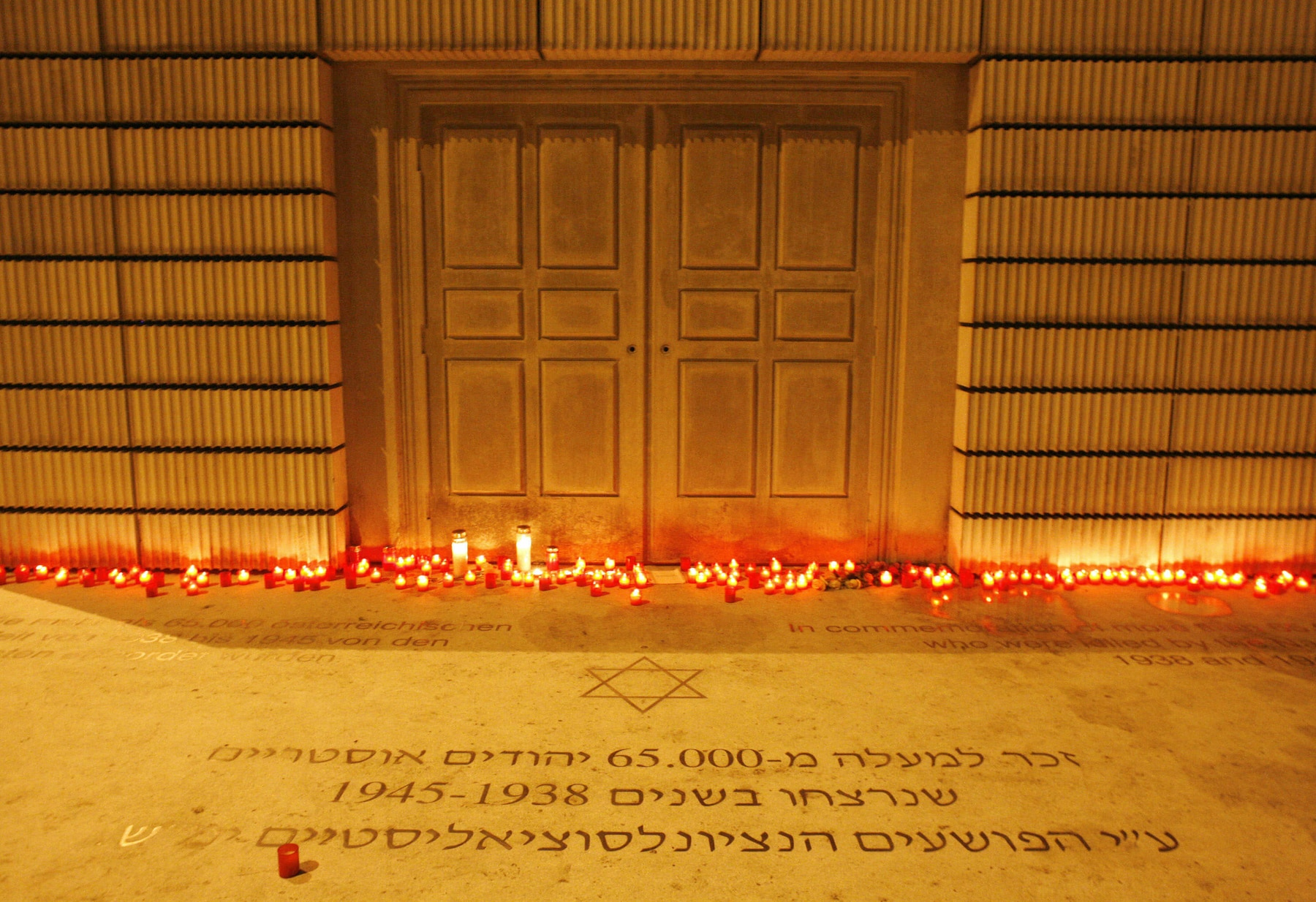 Des bougies allumées au Mémorial de l'Holocauste de Vienne (Dieter Nagl/AFP/Getty Images)