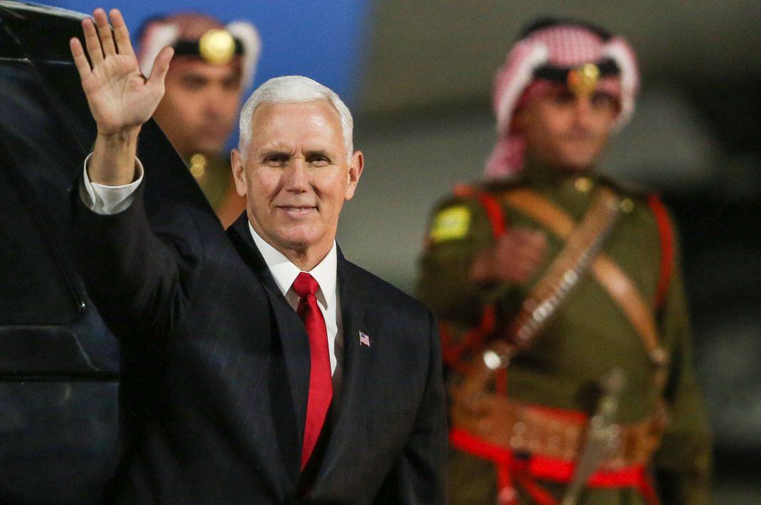 Mike Pence saluda mientras un soldado jordano está detrás suyo (© Khalil Mazraawi/AFP/Getty Images)