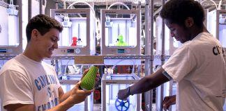 Dos estudiantes inspeccionan objetos que fabricaron con impresoras 3D (Johnny Andrews/UNC-Chapel Hill)