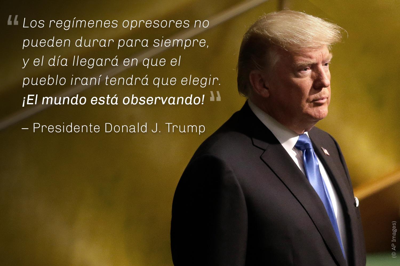 Vista de lado del presidente Trump, de pie, y cita de Trump (© AP Images)