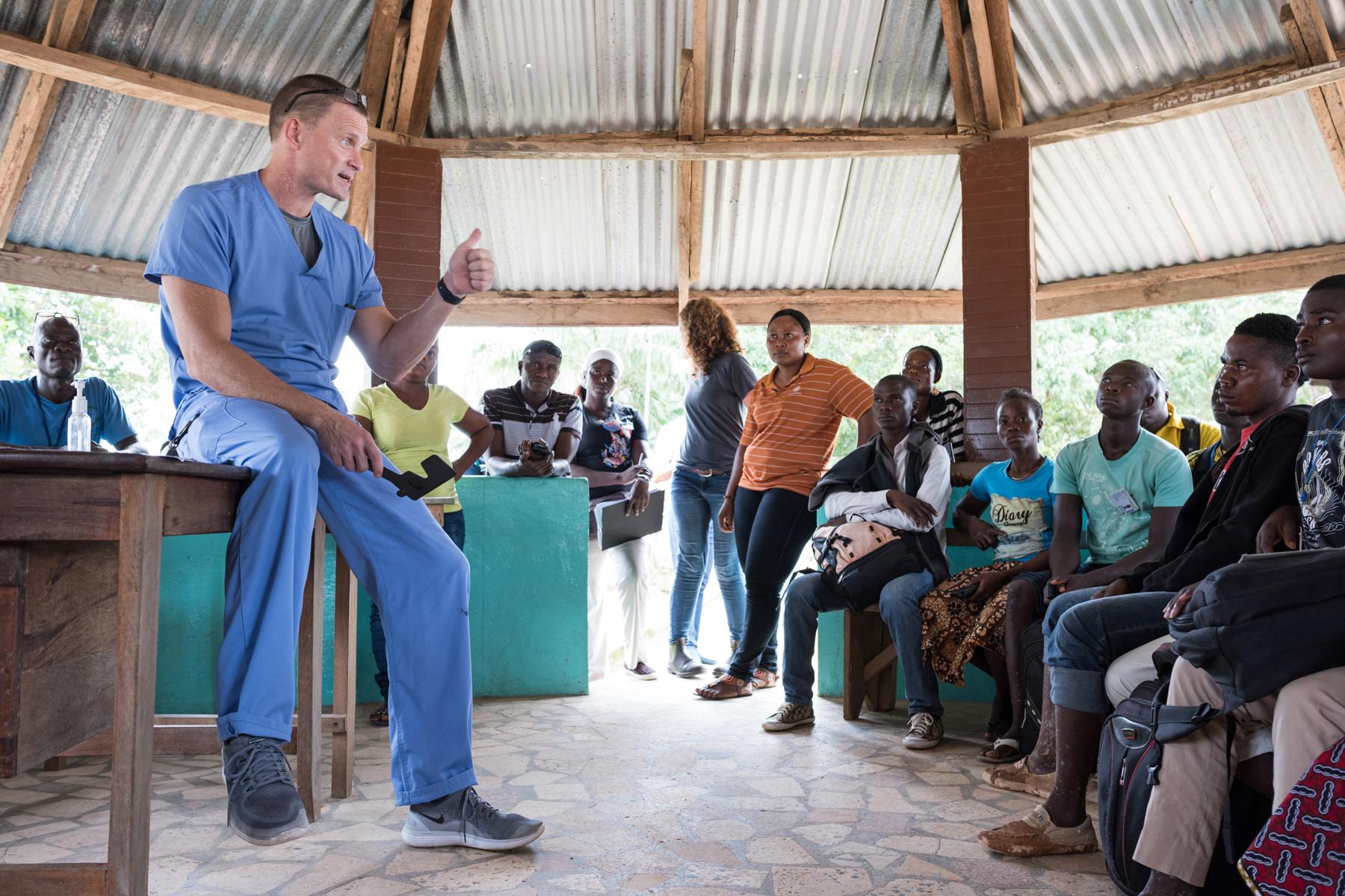 Hombre con ropa de quirófano habla ante un grupo de gente (Joshua Yospyn/JSL)