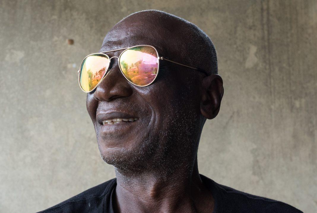 Hombre con anteojos de sol que reflejan (Joshua Yospyn/JSI)