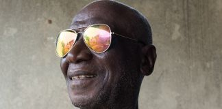 Homem usando óculos de sol reflexivos (Joshua Yospyn/JSI)
