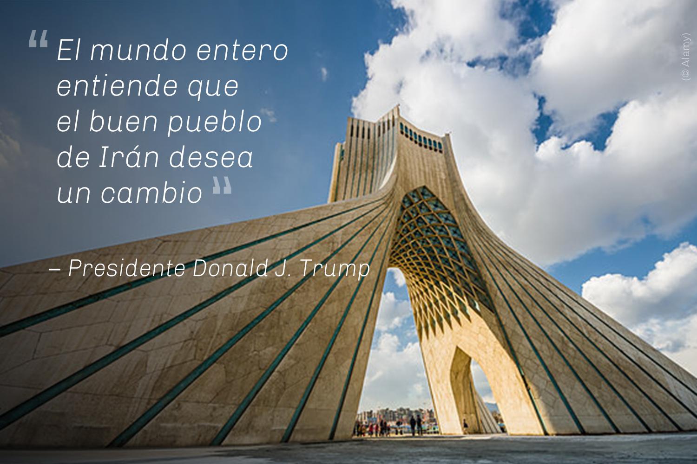 Gran e imponente monumento contra el cielo azul y las nubes, y cita de Donald Trump (© Alamy)