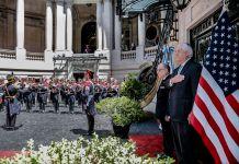 Tillerson firme ante una guardia militar (Depto. de Estado/Jorge Gomez)