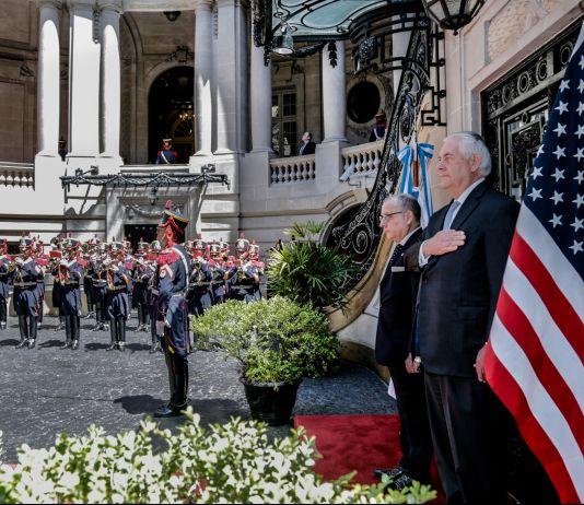 Tillerson em posição de sentido em frente a guarda militar (Depto. de Estado/Jorge Gomez)