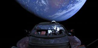 Un mannequin vêtu d'une combinaison spatiale, assis dans une voiture volant en dehors de l'orbite de la Terre (SpaceX)