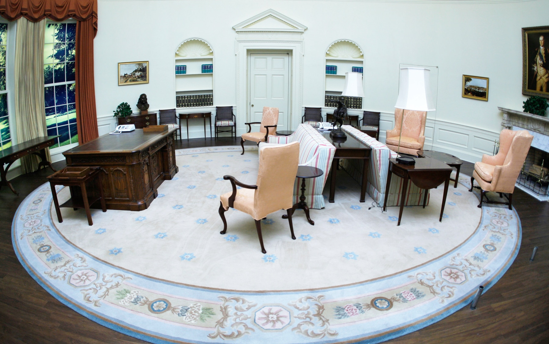 Oval room with period furniture (© John Bazemore/AP Images)