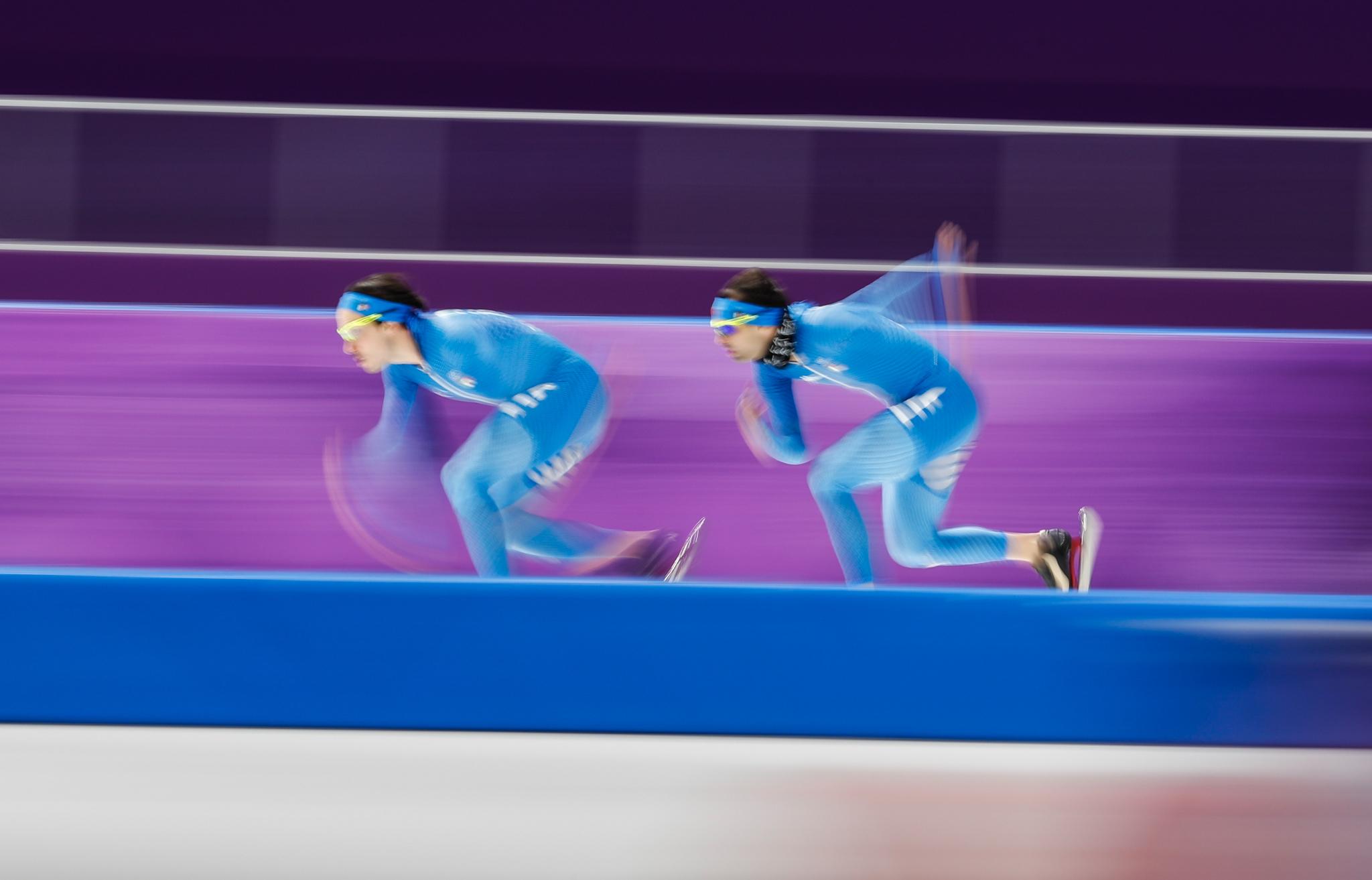 Dois homens competem em patinação de velocidade (© Petr David Josek/AP Images)